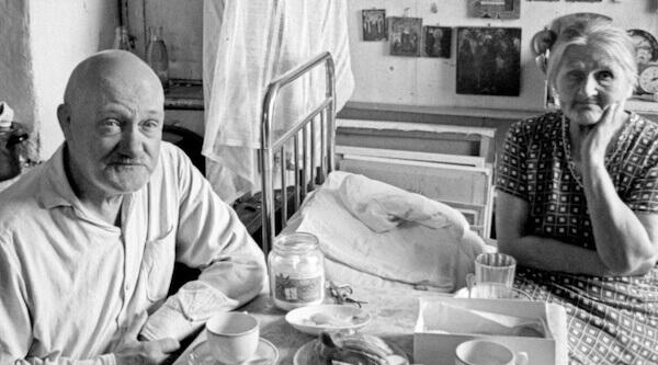 Е. Л. Кропивницкий с женой О. А. Потаповой, завтрак, поселок Долгопрудный, 1968