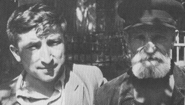 Расул Гамзатов со сторожем Литературного института, 1949 г.
